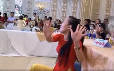 Nữ giáo viên 'thị phạm' dưới sân khấu khi học trò đang biểu diễn văn nghệ khiến dân mạng tranh cãi