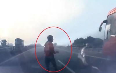 Clip: Lao sang đường cao tốc để bắt xe khách, một người phụ nữ bị tông trực diện