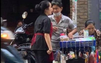 Tặng nước cho cặp vợ chồng khiếm thị, nữ nhân viên nhét thứ này vào túi họ khiến nhiều người ngoái nhìn