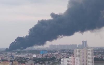 Cháy lớn tại bãi phế liệu dưới chân cầu Thanh Trì