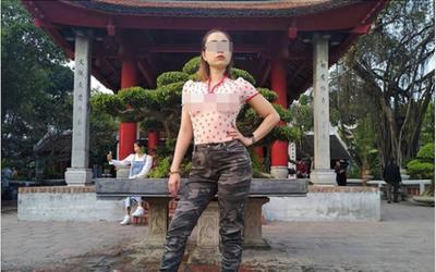 Người phụ nữ thả rông ngực ở Sài Gòn lại đến thăm đền Ngọc Sơn với kiểu áo không nội y, tạo dáng phản cảm