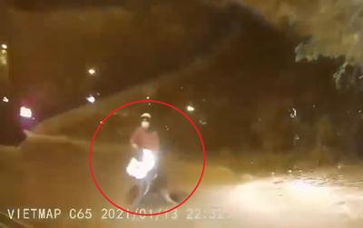Clip: Ôm cua bất chấp, nam thanh niên lao thẳng vào đầu ô tô khiến dân mạng 'thót tim'