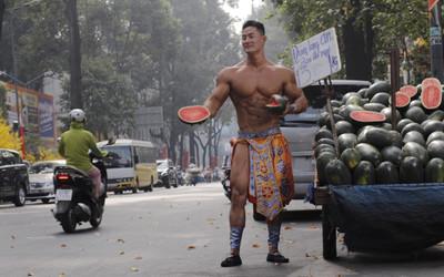 Danh tính đầy bất ngờ của chàng trai 6 múi hoá thân thành Mai An Tiêm bán dưa giữa lòng Sài Gòn