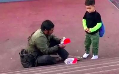 Cụ ông ăn xin nhặt nhạnh từng tờ tiền để lì xì cho cậu bé qua đường, hành động mẹ bé khiến ông bật khóc
