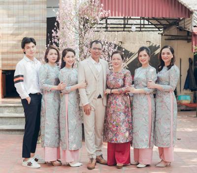 Hoà Minzy khoe ảnh gia đình dịp Tết, nhan sắc em út khiến hội chị em phát sốt