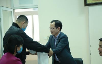 Bé trai sinh non bị bỏ rơi trong đêm 29 Tết ở Hà Nội đã được trao đến vòng tay cha mẹ mới