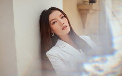 Người đẹp MU Việt Nam 2019 - Lâm Bích Tuyền thần thái ngút ngàn với bộ suit trắng
