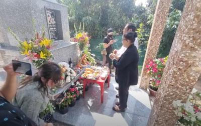 Tròn 100 ngày mất cố ca sĩ Vân Quang Long: Gia đình làm lễ tưởng niệm, Lâm Vũ về thăm mộ bạn thân