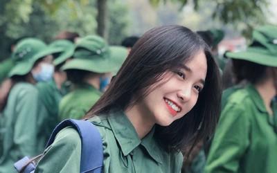 Nữ sinh trong màu áo xanh quân sự 'đốn tim' dân mạng bởi nụ cười tỏa nắng