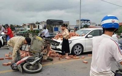 Hành động bất ngờ của nữ chủ xe sang Mercedes sau khi bị một xe xích lô gạch tông trúng