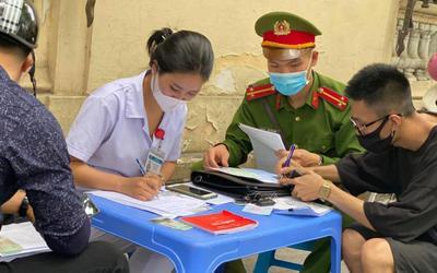 Công an quận Hoàn Kiếm xử phạt không đeo khẩu trang nơi công cộng vượt mức hơn 300 triệu đồng