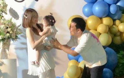 Nhã Phương tung ảnh Trường Giang vui đùa cùng con gái, gương mặt bé Destiny trở thành tâm điểm
