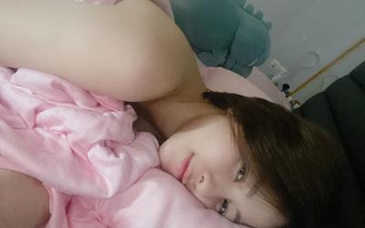 Trâm Anh có người yêu, đăng ảnh giường chiếu: 'Lâu rồi mới có cảm xúc mãnh liệt như vậy'