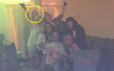 Chụp ảnh làm kỷ niệm, nhóm bạn sợ xanh mặt khi bức hình xuất hiện 'vị khách không mời'
