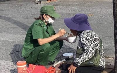 Xúc động hình ảnh nữ thanh niên xung phong bón thức ăn cho cụ bà tật nguyền bên góc đường Sài Gòn