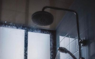 Đối xử với vợ không ra gì, gã đàn ông còn lén lắp camera quay cảnh vợ tắm, lý do nghe rất nực cười