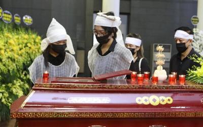Xót lòng câu hỏi của con trai Hoa hậu Thu Thủy với em gái nhỏ trong đám tang của mẹ