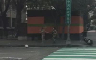 Cô gái đi BMW khỏa thân kéo tay, kẹp cổ người đàn ông trên đường