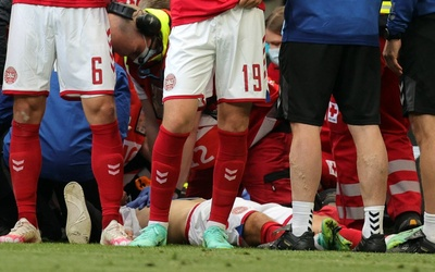 VIDEO: Khoảnh khắc Christian Eriksen đột quỵ trên sân khiến đồng đội, cổ động viên bật khóc