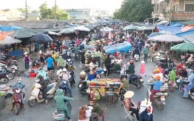 Người dân ùn ùn đi chợ trước giờ cách ly xã hội, chợ Vinh đông nghịt