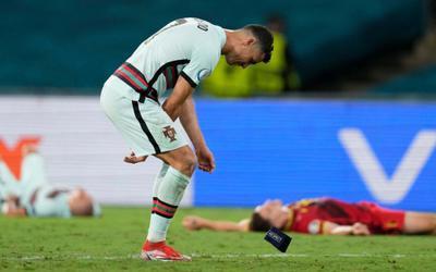 Ronaldo ném băng đội trưởng sau khi Bồ Đào Nha bị loại khỏi EURO 2020