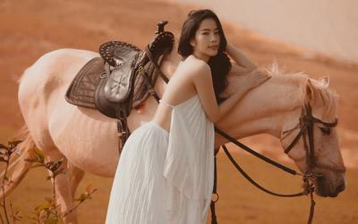 Nam Em hóa cô nàng du mục quyến rũ, cưỡi ngựa trên đồi vắng