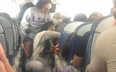 Hai nữ sinh y khoa tức tốc cấp cứu hành khách ngất xỉu trên máy bay