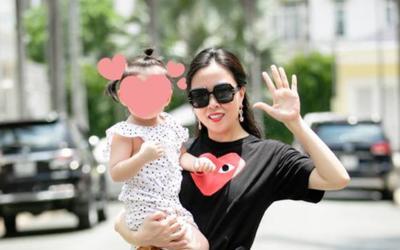 Phượng Chanel bế con gái chung với tình cũ Quách Ngọc Ngoan, tự tin khoe: Càng đẻ càng đẹp