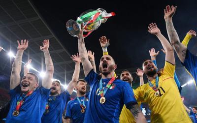 VIDEO: Khoảnh khắc cầu thủ Italia nâng cao Cúp vô địch EURO 2020