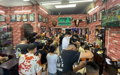 Tiệm cắt tóc ở Hà Nội đông nghịt khách trước giờ đóng cửa để phòng dịch Covid-19