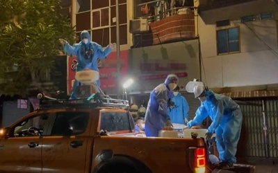 Các chiến sĩ 'biệt đội khử khuẩn' nhảy trên nóc xe: 'Ngày Sài Gòn chiến thắng đại dịch sẽ không còn xa'