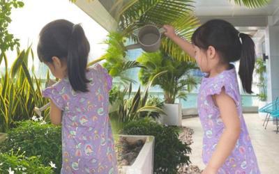 Hoa hậu Đặng Thu Thảo khoe ảnh con gái giúp mẹ tưới cây, ra dáng chị cả trong gia đình