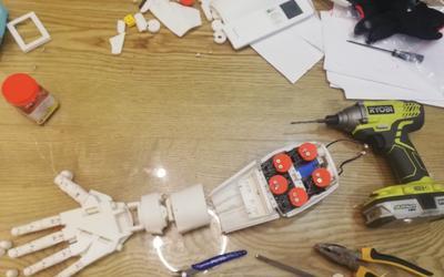 Cánh tay robot dùng công nghệ AI giá 1 triệu đồng của sinh viên
