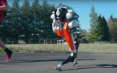 Robot chạy bộ 5km ngoài trời chẳng thua kém gì người thật chỉ với một lần sạc