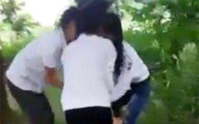 Nhóm nữ sinh lớp 8 hành hung, lột áo nữ sinh lớp 9 quay clip đăng mạng xã hội vì… 'yêu'