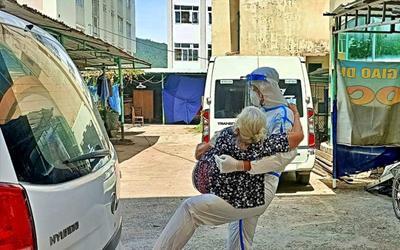 Bức ảnh anh lính trẻ bế cụ bà F0 đi điều trị với lời nhắn 'Má đừng ngại, cứ ôm lấy con' gây xúc động mạnh