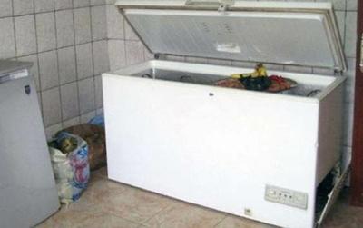 Ngửi thấy mùi hôi lạ khi ghé thăm nhà bạn gái cũ, chàng trai kinh hãi khi mở tủ đông ra