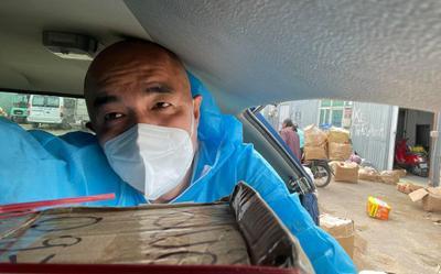 Quốc Thuận cứu trợ cho 20 phòng trọ 3 ngày phải ăn cơm với nước tương