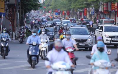 Ngày đầu tuần, đường phố Hà Nội tấp nập dù đang trong thời gian giãn cách xã hội