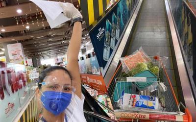 Vừa làm shipper giờ đây H'hen Niê đi siêu thị giúp bạn bè và người dân