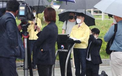 Thứ trưởng Hàn Quốc bị chỉ trích vì để nhân viên quỳ gối che ô dưới mưa