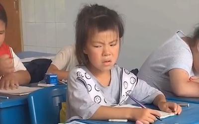 Bé gái nhìn bài bạn với loạt biểu cảm hài hước khiến dân tình cười ngất
