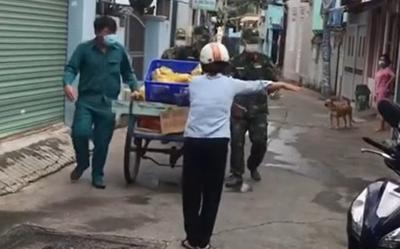 Thoáng thấy bộ đội mang thực phẩm đến, người dân trong xóm mừng rỡ hò reo: 'Bà con ơi bộ đội về nè'