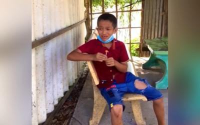 Cậu bé kéo khẩu trang xuống mút kẹo dở thì cán bộ đến hỏi, biểu cảm sau đó khiến ai cũng bật cười