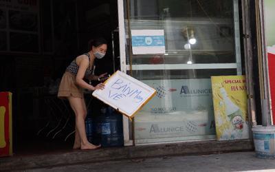 Ảnh: Ngày đầu các cửa hàng ăn tại 'vùng xanh' Gia Lâm hoạt động trở lại, được phép bán mang về