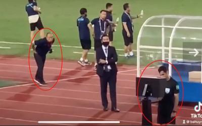Ông Park 'nhìn trộm' trọng tài check VAR, cầu thủ Úc nói bóng đập ngực