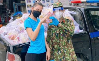 Hoa hậu Tiểu Vy khỏe như lực sĩ, khuân vác nhu yếu phẩm cho người nghèo mùa dịch