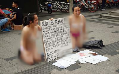 Hai người phụ nữ mặc độc nội y quỳ trên đường xin tiền, câu chuyện phía sau khiến dân mạng tranh cãi