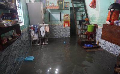 Mưa lớn kéo dài, nhiều con đường ở Đà Nẵng ngập thành sông