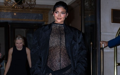 Kylie Jenner bụng bầu vượt mặt khiến fan tranh cãi vì style khó đỡ